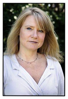 Lise-Lotte Hergel er speciallæge i almen medicin med egen praksis i Lyngby. Ved siden af sit job som praktiserende læge skriver hun i Helse og Junior. Lise-Lotte Hergel er gift og mor til to.