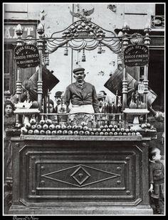Napoli, second half of XIX century : fresh water and cocoanut seller   #TuscanyAgriturismoGiratola