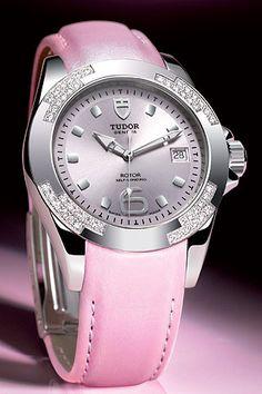 """Reloj """"Classic"""" de acero con bisel engastado de 48 diamantes y brazalete de cuero nacarado rosa, de Tudor."""