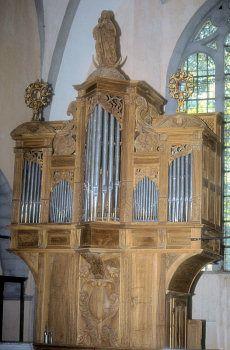 L'orgue historique d'Orgelet est le plus ancien instrument de Franche Comté, et l'un des quelques rares instruments du XVIIe siècle en France. A ce titre il est l'un des joyaux de la ville d'Orgelet et sa réputation dépasse les frontières puisqu'il reçoit la visite régulière d'organistes et de facteurs du monde entier.  http://www.asphor.org/le-patrimoine/les-batiments/eglise-d-orgelet/l-orgue-1-124.htm