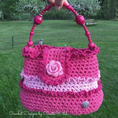 Super girly pink frill bag by BautaWitch. Free pattern (translation button available) at BautaWitch. Crochet Dollies, Crochet Purses, Crochet Flowers, Crochet Bags, Knit Or Crochet, Crochet Stitches, Free Crochet, Crochet Patterns, Christmas Tree Hat