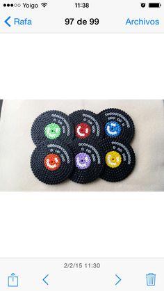 Posavasos Discos de vinilo, hechos con Hama Beads MIDI comprados en www.hamashop.es . Hama Beads coasters vintage.