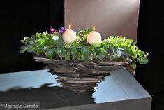 Dekoracje i stroiki na Wszystkich Świętych. W misie zbudowanej z kawałków łupka umieszczono gałązki eukaliptusa i choiny kandyjskiej ozdobione pędami powojników i eukaliptusowymi owocostanami Plants, Flower, Decor, Google, Ideas, Flowers, Decoration, Plant, Decorating