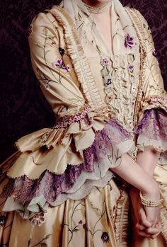 Rokoko Certainly one of my absolute favourite Outlander costumes from Terry Dresbach. 18th Century Dress, 18th Century Clothing, 18th Century Fashion, 19th Century, Old Dresses, Vintage Dresses, Vintage Outfits, Vintage Fashion, 1700s Dresses