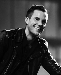 A smile that lights up a room-- Brandon Flowers of The Killers and a smoking hot Mormon. Love that band Las Vegas, Perfect Teeth, Flower Band, Brandon Flowers, Most Beautiful Man, Hello Gorgeous, Beautiful People, Hommes Sexy, Foo Fighters