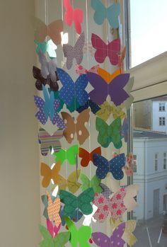 Super flot uro med sommerfugle i alle farver.