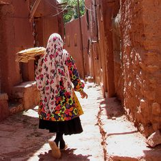 Do not to Village without your Unique and colorful local costumes, beautiful architecture of old houses, streets and alleys of this village must surely be kept in your So add the Abyaneh Village to the list of places you need to see before you die! Visit Iran, Teheran, Sassanid, Iran Travel, Iranian Women, Persian Culture, Local Music, Hd Picture, Art And Architecture