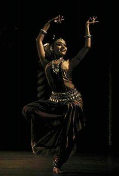 odissi performance by kaustavi sarkar Folk Dance, Dance Art, Shall We Dance, Just Dance, Indian Classical Dance, Dance Paintings, India Art, Dance Movement, Dance Poses