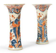 PAIRE DE VASES ROULEAUX en porcelaine Imari à décor de faisans posés sur des rochers fleuris de pivoines, le bord décoré d'une frise de ruyi. Chine, époque Kangxi (1662-1722). H_20 cm D_9 cm