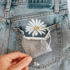 apply a flower to your pocket! Mother's Day Projects, Vinyl Projects, Easy Projects, Daisy Patches, Painted Jeans, Cut Image, Old Jeans, Iron On Vinyl, Vinyl Cutting