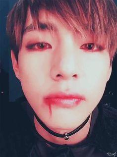 #wattpad #fanfic Jen, una estudiante universitaria de 21 años y Taehyung, o como a él le gusta ser llamado; V. Ambos tienen un ritmo de vida diferente, pero algo en común, se aman. Sus problemas van más allá de celos o peleas. Sus problemas son más graves desde el primero, que él, es un vampiro.