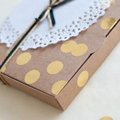 Simple black and gold wrapping with gold dots, sequin and ribbon. Get this look and transform your kraft box! (in Spanish)
