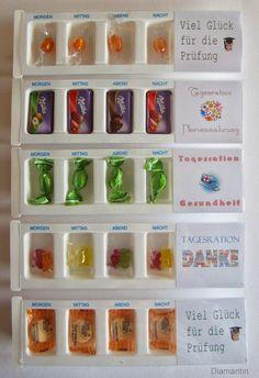 Tagesrationen in Medikamentenboxen für morgens, mittags, abends und nachts. *** Die Boxen gibt es bei ebay. Die Schilder ...