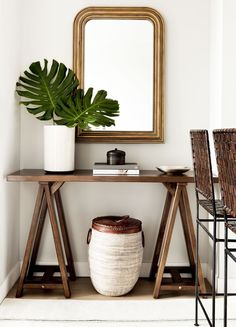 Dark wood console table + basket under console table + antique gold mirror + lar… - All About Decoration Antique Gold Mirror, Brass Mirror, Mirrors, Console Table Styling, Console Tables, Wood Basket, Entry Tables, Foyer Decorating, Decorating Ideas