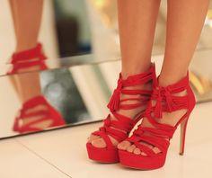 Sandália fashion com tiras vermelhas Carmen Steffens.  Para arrematar essa pegada latina a sandália Carmen Steffens possui bambolins (franjas) na parte frontal.