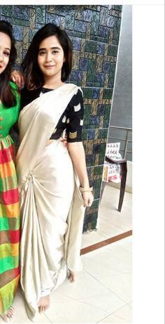 Trendy Sarees, Stylish Sarees, Fancy Sarees, Sari Blouse Designs, Saree Blouse Patterns, Kerala Saree Blouse, Set Saree, Sarees For Girls, Bridal Silk Saree
