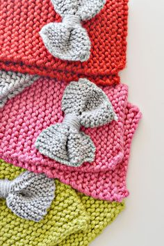 Free pattern - Bow Scarf for Toddlers - fastens with buttonhole to loop over the bow