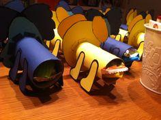 Traktatie verjaardag (voor de kinderen): wc rolletje omplakken met papier en hoofdjes maken van Woezel en Pip. Wc rolletjes vullen met kleinigheidje. Achterkant