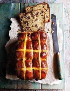 cross bun loaf You can fit *even* more butter on your hot cross bun if it's in loaf form - like this beauty from Edd Kimber.You can fit *even* more butter on your hot cross bun if it's in loaf form - like this beauty from Edd Kimber. Baking Recipes, Cake Recipes, Bread Recipes, Salted Butter, Hot Cross Buns, Bread Bun, Easter Treats, Easter Food, Kitchen