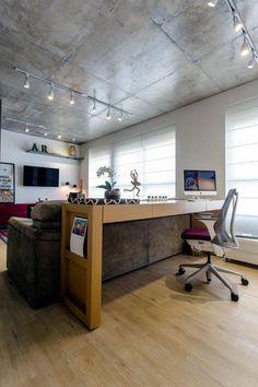 Home Office é apenas uma bancada atrás do sofá da sala de estar / TV. Home office na sala de Estar/ TV. ///// Apartamento colorido (Foto: Gustavo Awad/Divulgação)