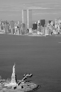 New York, Statue of Liberty & Twin Towers Liberty Statue, Autumn In New York, New York Pictures, New York Art, I Love Ny, World Trade Center, New York Skyline, Beautiful Pictures, Black And White