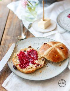 Vegane Hot Cross Buns mit Chia-Himbeer-Marmelade Delicious Vegan Recipes, Vegan Desserts, Vegan Hot Cross Buns, Baguette Recipe, Brunch, Happy Vegan, Eat This, Vegan Bread, Easter Recipes