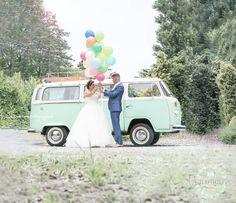 Ballonnen op jullie bruiloft, mega leuke combinatie met een Volkswagen bus als trouwauto. Te huur bij DeVolkswagenbus.nl