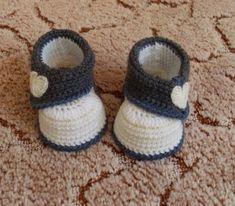Babyschuhe-mit-Herzchen-Handarbeit-gehaekelt