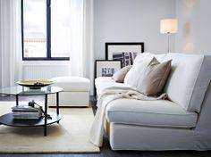Kombinacja sofy 3-osobowej i podnóżka KIVIK z pokryciem Blekinge biały oraz czarnobrązowy stolik kawowy VITTSJÖ ze szklanym blatem