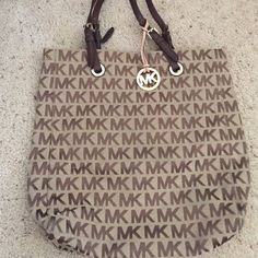 Michael Kors Purse Michael Kors Purse in extremely good condition not dirty no wear and tear only worn a couple of times Michael Kors Bags Shoulder Bags