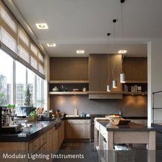Das helle Holz verleiht der gemütlichen Küche einen natürlichen Look. Die dunklen Arbeitsplatten aus Granit und die grauen Fliesen harmonieren gut mit der  …