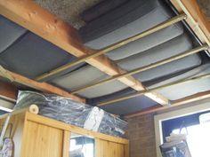 Tuinkussens droog en muisvrij opruimen in de garage tussen de balken. Ga ik ook doen!