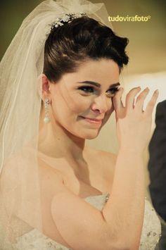 Noiva sorri e chora. Foto: TudoViraFoto.