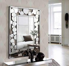 Con un estilo clásico a la vez que vanguardista, este espejo pertenece a la nueva colección de DIS-ARTE, una colección de personalidad y originalidad. Medidas 122x91x3. Si necesitas cualquier información, en nuestra tienda de muebles modernos en Madrid te ayudaremos en todo lo posible.