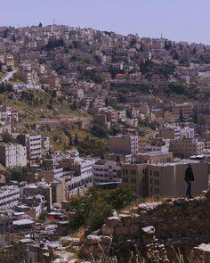 Seperti menelusuri sejarah.  Kota ini sudah ada 12 abad sebelum Masehi Ketika itu kota ini disebut Rabbath AmmonKemudian kota ini ditaklukkan oleh bangsa Yunanidan diberi namaPhiladelphia. Dan ditaklukkan oleh bangsa Arab yang menyebarkan agamaIslam  Pertanyaan nya siapakah yang menaklukkan bangsa bangsa di dunia?  Skrg menjadi kerajaan terkuat dan tertua di dunia.  #justgoshoot #igmasters #jordania#liveoutdoors  #petra #thatsdarling #folkgreen #livefolk #folkscenery #agameoftones…