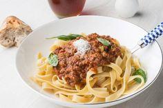 Tagliatelle alla bolognese: Picamos nuestra propia carne, la doramos y la guisamos lentamente con un sofrito de ajo, cebolla zanahoria y apio, vino tinto y tomate natural durante más de 6 horas.