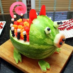 Inspired By eRecipeCards: Watermelon and Cantaloupe Pig Art Carved Fruit - Grilling Time Side Dish Watermelon Pig, Watermelon Carving, Watermelon Ideas, Fruit Animals, Vegetable Animals, Fruit Sticks, Pig Art, Food Carving, Art Carved