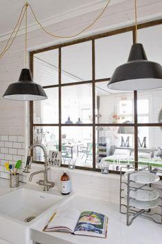 Une verrière aspect rouillé au look rustique dans la cuisine    http://www.homelisty.com/verriere-interieure/