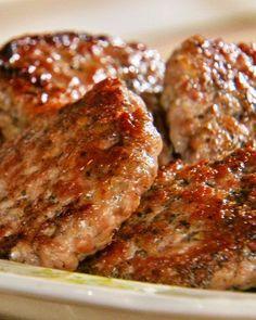 SIMPLE HOMEMADE SAUSAGE PATTIES ==Ingredients== ground pork 1 garlic clove, minced dried sage, crumbled dried thyme dried fennel, crushed Pinch of ground nutmeg 1 coarse salt freshly ground black pepper 1 large egg white ================= Breakfast Desayunos, Sausage Breakfast, Breakfast Recipes, Breakfast Sausage Seasoning, Brunch Recipes, Crowd Recipes, Chicken Breakfast, Perfect Breakfast, Meat Recipes