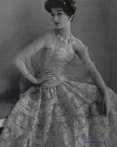 Chanel P/E Photo Philippe Pottier. Vintage Fashion 1950s, Vintage Couture, Vintage Chanel, Vintage Beauty, Retro Fashion, Love Fashion, Vintage Outfits, Vintage Gowns, Moda Vintage