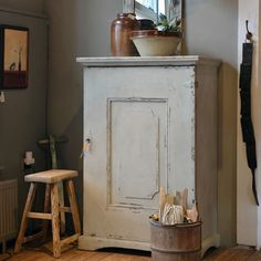 cupboard with fabulous door Painted Cupboards, White Cupboards, Country Primitive, Primitive Decor, Primitive Furniture, Cozy Cottage, Rustic Style, Country Style, Country Decor