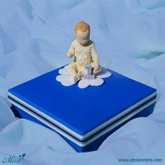 Bir yaş bebek tasarım kutu  Kutu özellikleri:14x14x4 cm saks mavi mat kuşe kağıt sıvama kutu Biblo özellikleri:4x7 cm porselen bebek biblo  Satın almak için www.atolyemira.com sayfasını ziyaret edebilirsiniz.