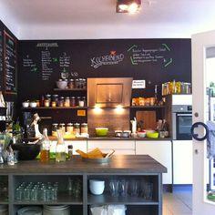 Offene Küche und zwei lange Tafeln für die Gäste sorgen bei HappenPappen für entspanne Atmosphäre | creme hamburg