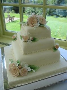 square wedding cake pic with peach roses