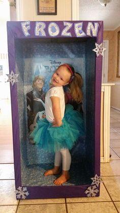 Que tal inventar uma caixa de boneca para as meninas tirarem fotos :D Frozen~photo booth So very cute