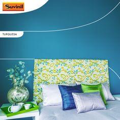 O turquesa é uma cor envolvente que tranquiliza. Invista em um quarto #Turquesa #Suvinil para purificar-se e personalize a cabeceira com estampas para ter o sono tranquilo.
