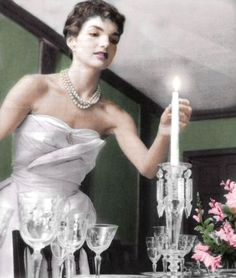 Jacqueline Bouvier Kennedy prepares for a dinner party in the 'Fifties. Get everything right - the music, the booze, the swishy skirts and sharp suits - but get the lighting perfect. Good light is. Jacqueline Kennedy Onassis, Los Kennedy, John F Kennedy, Jaqueline Kennedy, Orlando, John Fitzgerald, Poses, Grace Kelly, Jfk