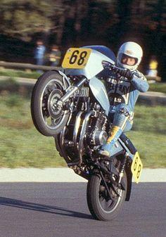 Wheelie met oude sportmotor Kawasaki Motorbikes, Kawasaki Motorcycles, Racing Motorcycles, Racing Bike, Road Racing, Motorcycle Racers, Motorcycle Posters, Vintage Bikes, Vintage Motorcycles