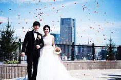 . . 大聖堂での挙式のあとは 大空に近いガーデンで 笑顔溢れるセレモニーを❣ . 祝福のフラワーシャワーで お写真にも彩りを✨ . . #カサデアンジェラ青山 #casadangela #カサデアンジェラ #青山 #結婚 #結婚式 #結婚式場 #大聖堂 #チャペル #ウェディングドレス #ドレス #挙式 #教会 #ニューオープン #プレ花嫁 #全国のプレ花嫁さんと繋がりたい #日本中のプレ花嫁さんと繋がりたい  #wedding  #weddingdress  #weddingphoto #new #newopen #church #weddingdress #dress #love #happy #smile #smiles #marry http://gelinshop.com/ipost/1527946039594789528/?code=BU0WtPeAyqY