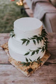 Greenery wedding cake idea #weddings #greenweddings #weddingideas #rusticwedding ❤️ http://www.deerpearlflowers.com/greenery-wedding-cakes/